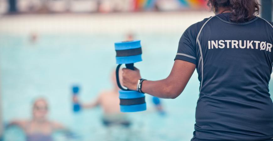 billede af instruktør, der underviser aqua ficness