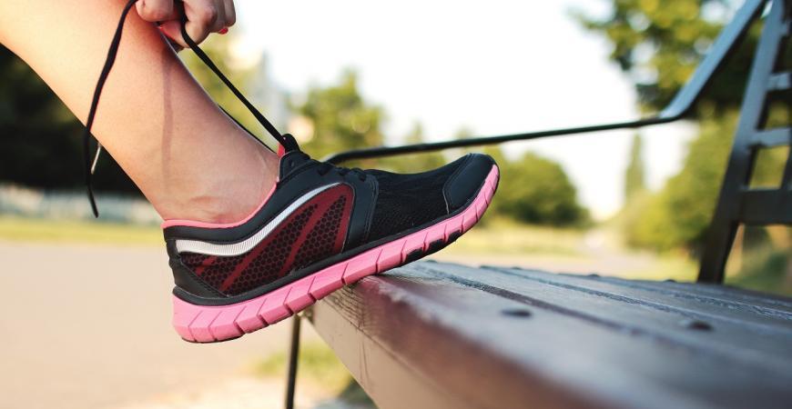 Kvinde løber binder sko og gør klar til løbeturen